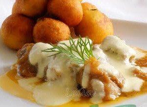 Tocanita de porc cu sos de cascaval si bilute de cartofi prajiti