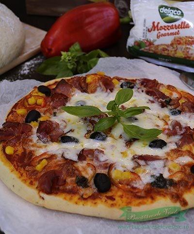 Pizza cu mozzarella si prosciutto