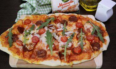 Pizza cu chorizo si mozzarella