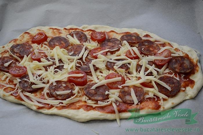 pizza-cu-chorizo-si-mozzarella-preparare