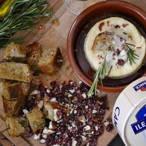 Camembert la cuptor cu migdale si merisoare