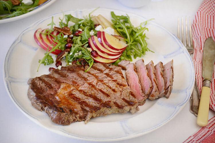 Antricot de vita la gratar cu salata - Bucataresele Vesele